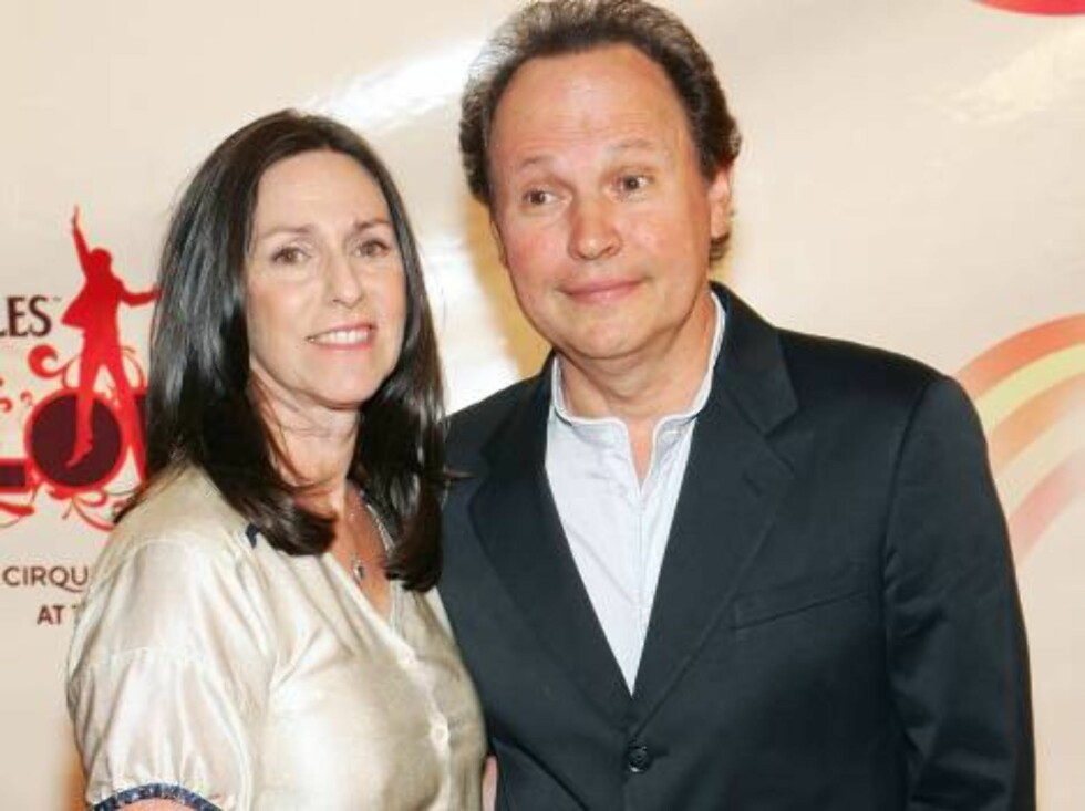 "LAS VEGAS - JUNE 30:  Actor Billy Crystal (R) and his wife Janice Goldfinger arrive at the gala premiere of ""The Beatles LOVE by Cirque du Soleil"" at the Mirage Hotel & Casino June 30, 2006 in Las Vegas, Nevada. The show is a joint artistic venture betwee Foto: All Over Press"