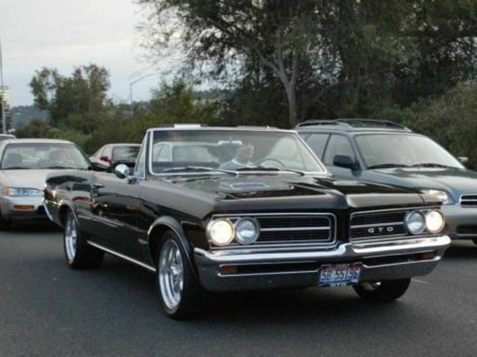 Bruce Willis driving his 64 Pontiac GTO convertible  on Pacific Coast Highway. November 8 2003 Exclusive X17 agency / ALL OVER PRESS Foto: All Over Press