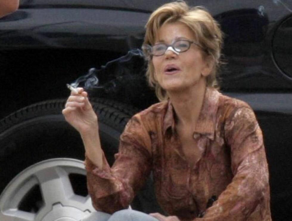 SKORSTEIN: Helseguru Jane Fonda har sprukket - og begynt å røyke igjen! Foto: All Over Press