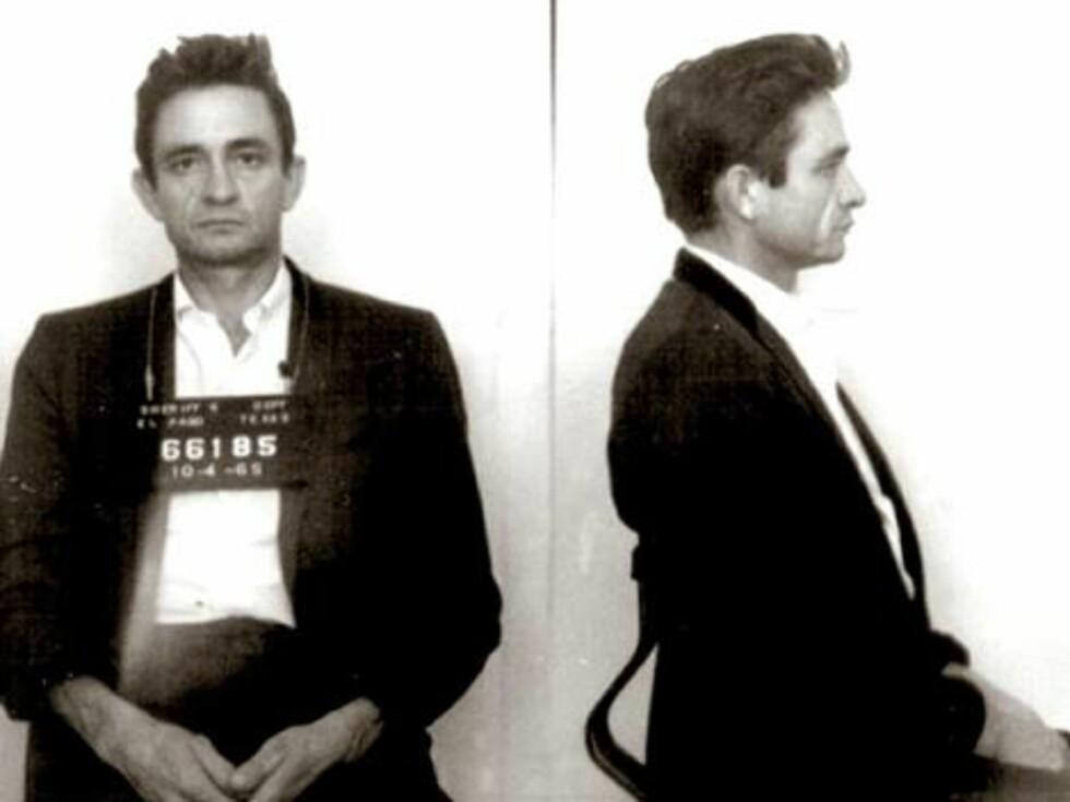 FENSLENDE FYR: Johnny Cash nåtte tilbringe natten i kasjotten etter at amerikanske tollere fant et arsenal av piller i bagasjen hans på en flyplass i 1965.  Foto: Amerikansk politi