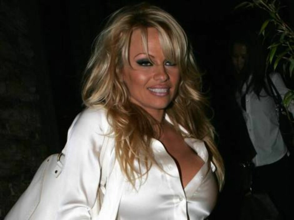 Stacked star Pamela Anderson eating sushi at trendy Sushi Roku in West Hollywood. November 11, 2005 X17agency EXCLUSIVE / ALL OVER PRESS Foto: All Over Press