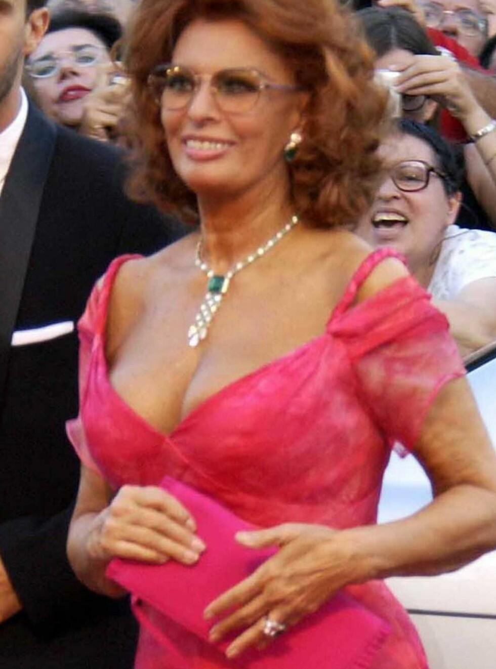 FINE FORMER: Hvem skulle tro at Sophia Loren er 71 år? Nå stiller hun naken i ny kalender. Foto: All Over Press