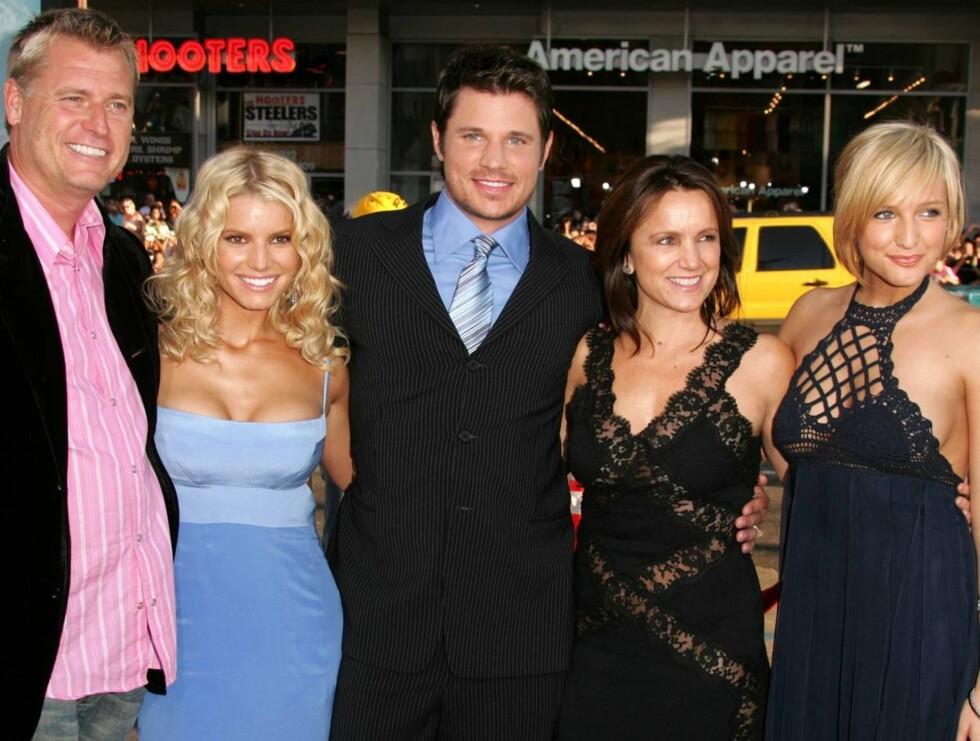 KJENDISFAMILIE: Både pappa Joe, Jessica, Tina og Ashlee Simpson er store stjerner i USA. Det er også Nick Lachey, som skilte seg fra Jess i år. Foto: All Over Press