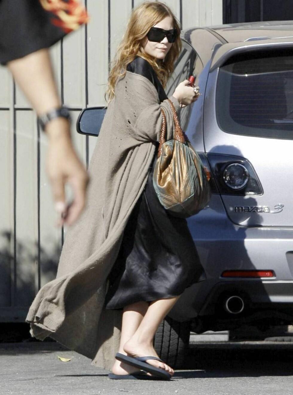 LAIDBACK: Olsen-tvillingene sverger til flip-flops. Mary-Kate bruker gjerne sine på shopping. Foto: All Over Press