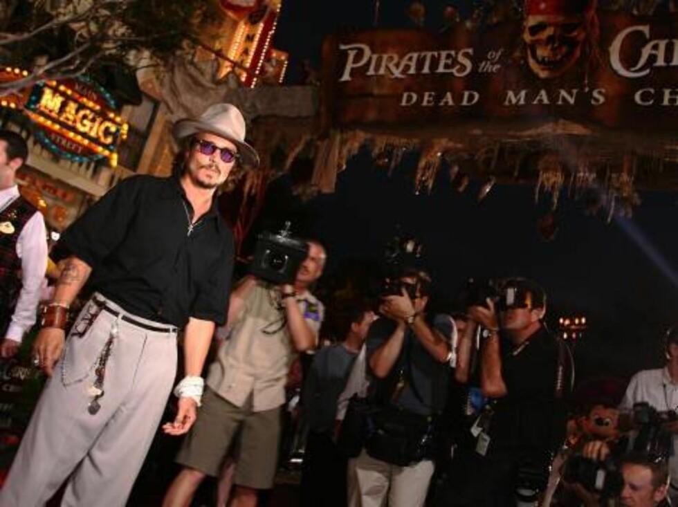 EKSENTRISK: Hovedrolleinnehaver Johnny Depp foran pressekorpset. Foto: All Over Press