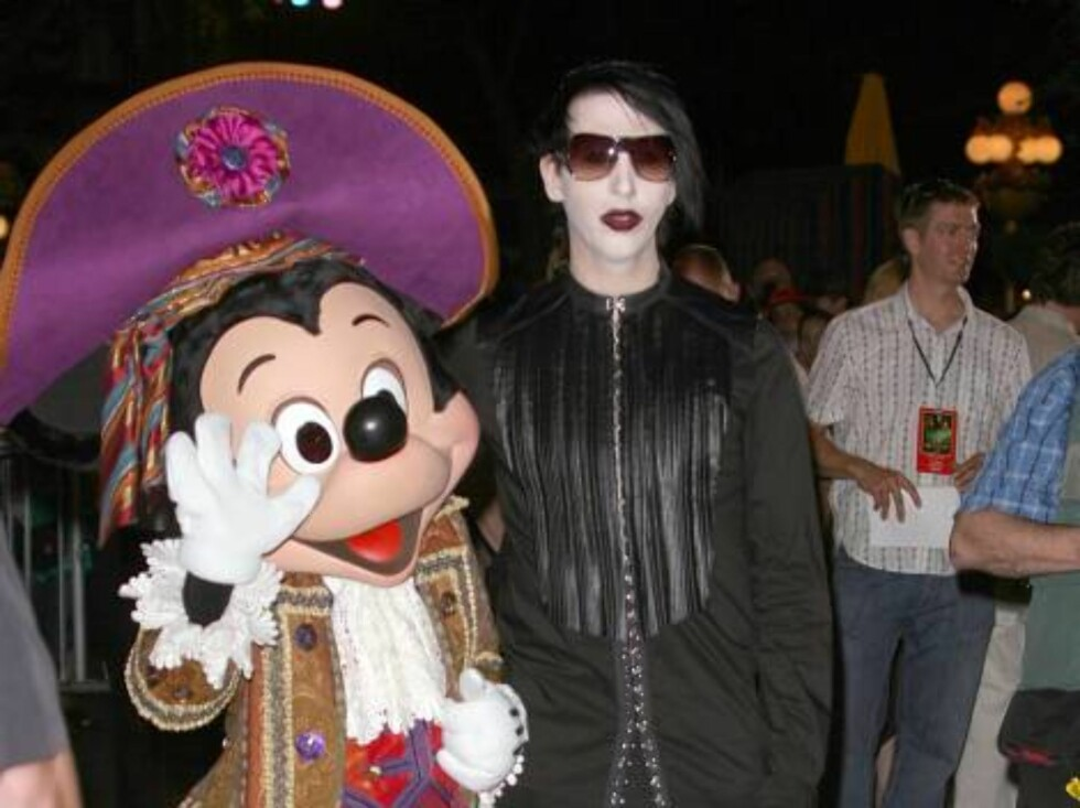 KONTRASTER: Musiker Marily Manson poserer sammen med Mikke Mus i Disneyland. Foto: All Over Press