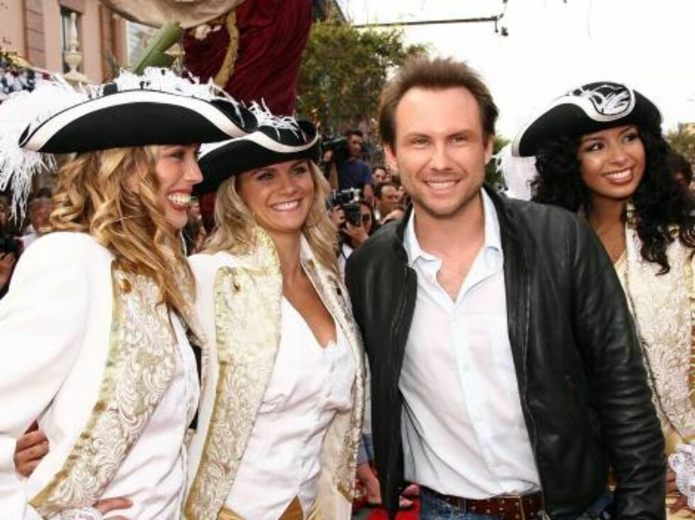 SJARMØR: Skuespiller Christian Slater med tre sjørøverdamer. Foto: All Over Press