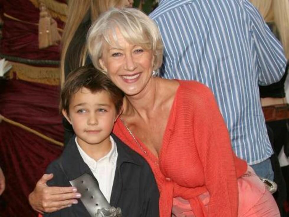 GAMMEL OG UNG: Den britiske skuespilleren Helen Mirren (61) kom sammen med grandnevøen. Foto: All Over Press