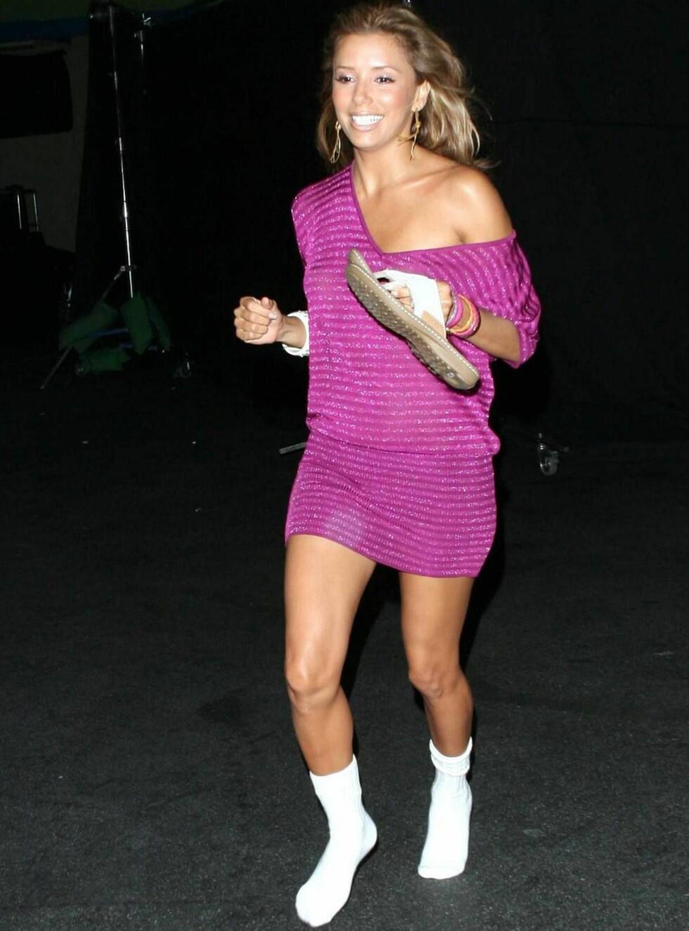FEST-SOKKER? Eva dro på byen i sokkelesten. Skoene har hun i hånden. Foto: All Over Press