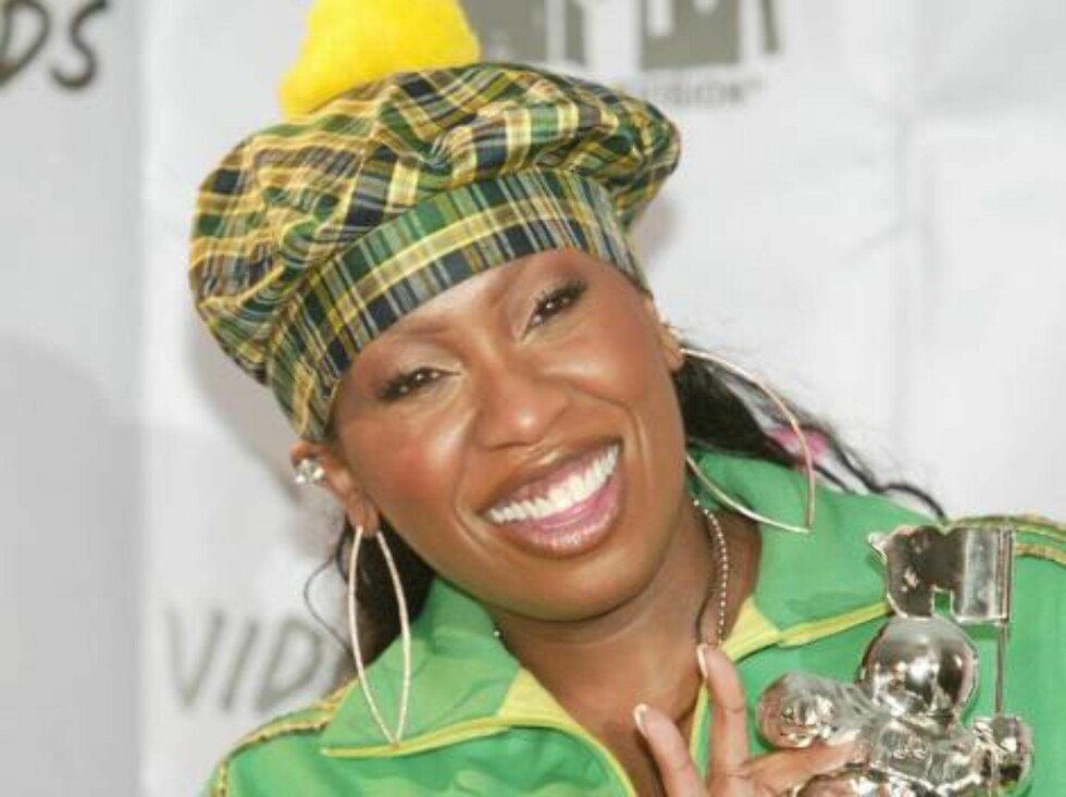 NEW YORK - AUGUST 28:  Missy Elliott holds her MTV Video Music Award while in the pressroom during the 2003 MTV Video Music Awards at Radio City Music Hall August 28, 2003 in New York City.  (Photo by Evan Agostini/Getty Images) Foto: All Over Press