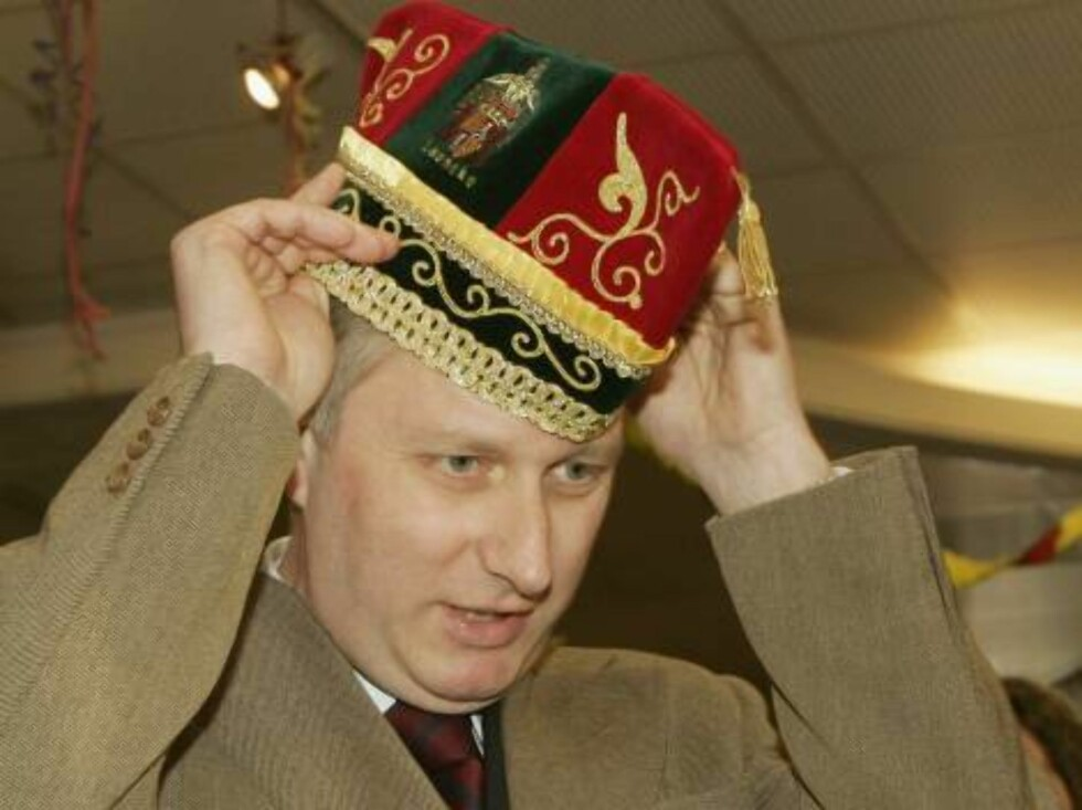 LANAKEN, BELGIUM - FEBRUARY 24:  Prince Philippe tries on a hat as he visits Lanaken Townhall  and gets offered a carnaval hat  on February 24, 2006 during a visit to Lanaken, Belgium.  (Photo by Mark Renders/Getty Images) *** Local Caption *** Prince Phi Foto: All Over Press