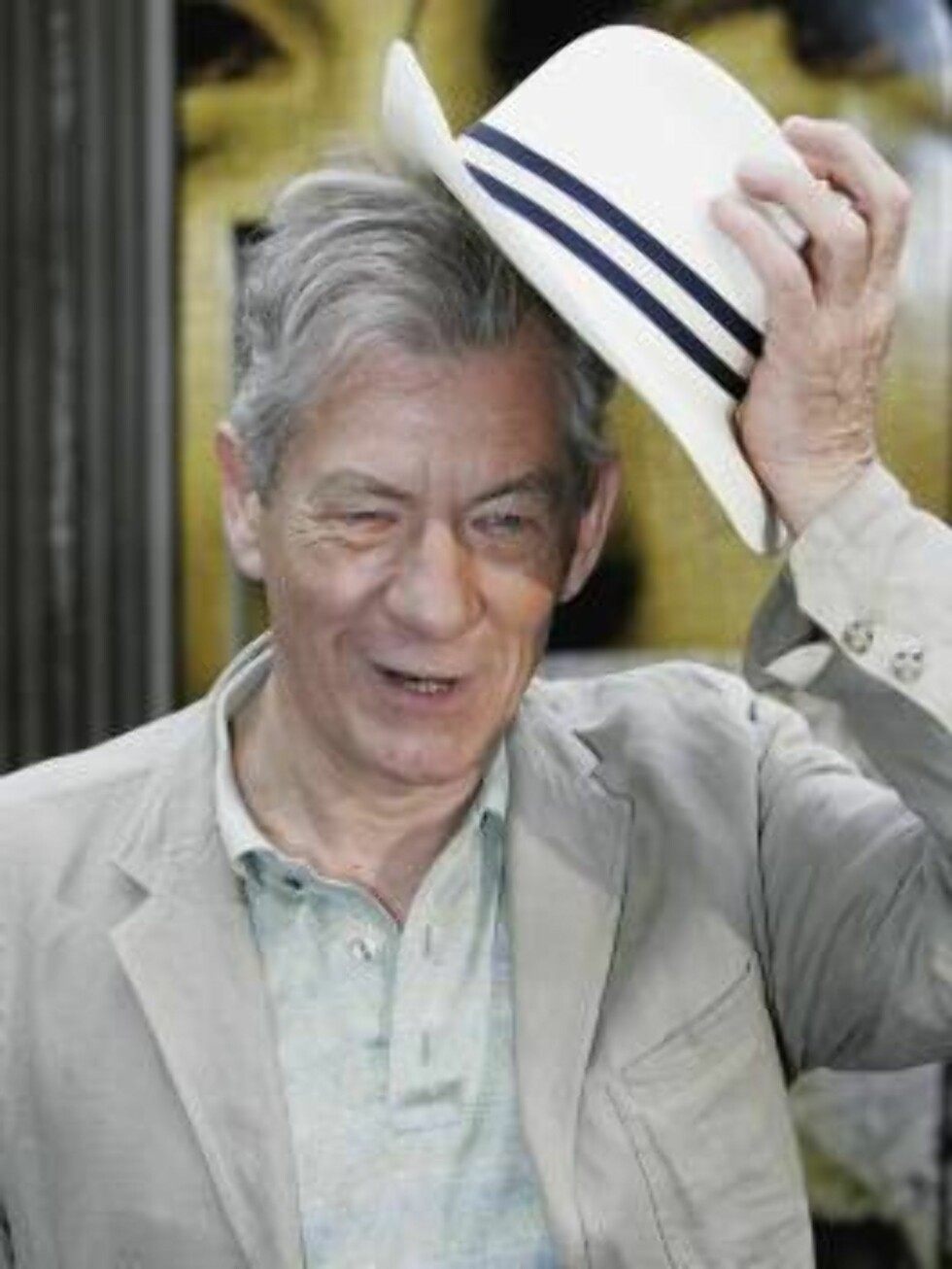 LONDON - MAY 16:  Actor Sir Ian McKellen doffs his hat during a photocall for new film The Da Vinci Code at Eurostar's Waterloo International Terminal on May 16, 2006 in London, England. At the photocall a new Eurostar Train was named 'The Da Vinci Code' Foto: All Over Press