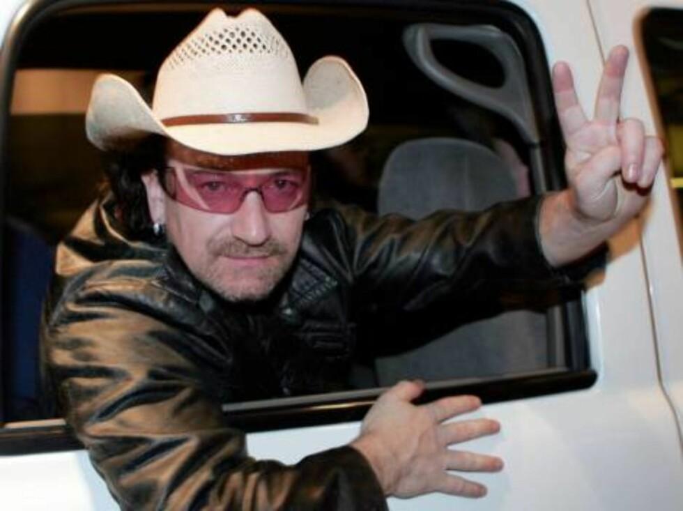 KLAR FOR SAFARI: Vi er vant til å se Bono med solbriller, men hatten ble kanskje litt i meste laget? Foto: All Over Press