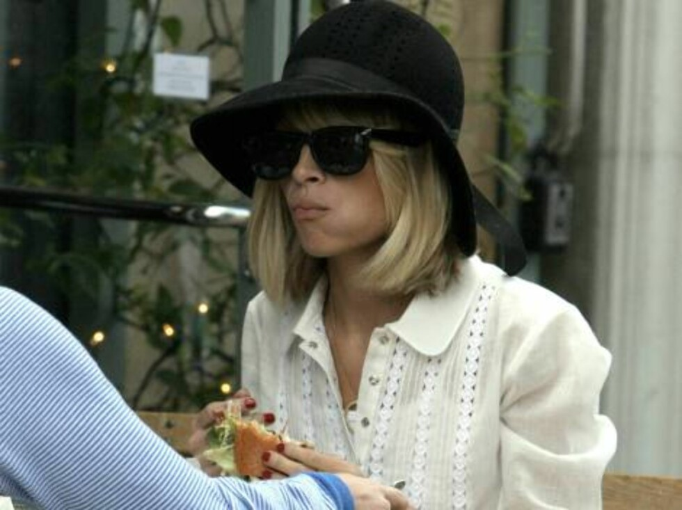 Skinny Nicole Richie found her appetit back and eats a big hamburger at Toast on Third Street. January 27, 2006 X17agency EXCLUSIVE / ALL OVER PRESS Foto: All Over Press