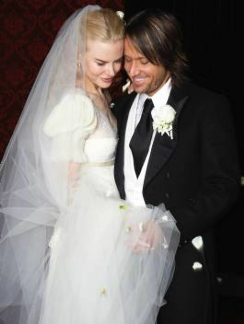 In this photo released by Nicole Kidman and Keith Urban,  the couple is seen shortly after their wedding ceremony in Sydney, Australia, Sunday June 25, 2006. Kidman married country crooner Urban on Sunday, shunning Hollywood glitz for a fairytale ceremony Foto: AP/Scanpix