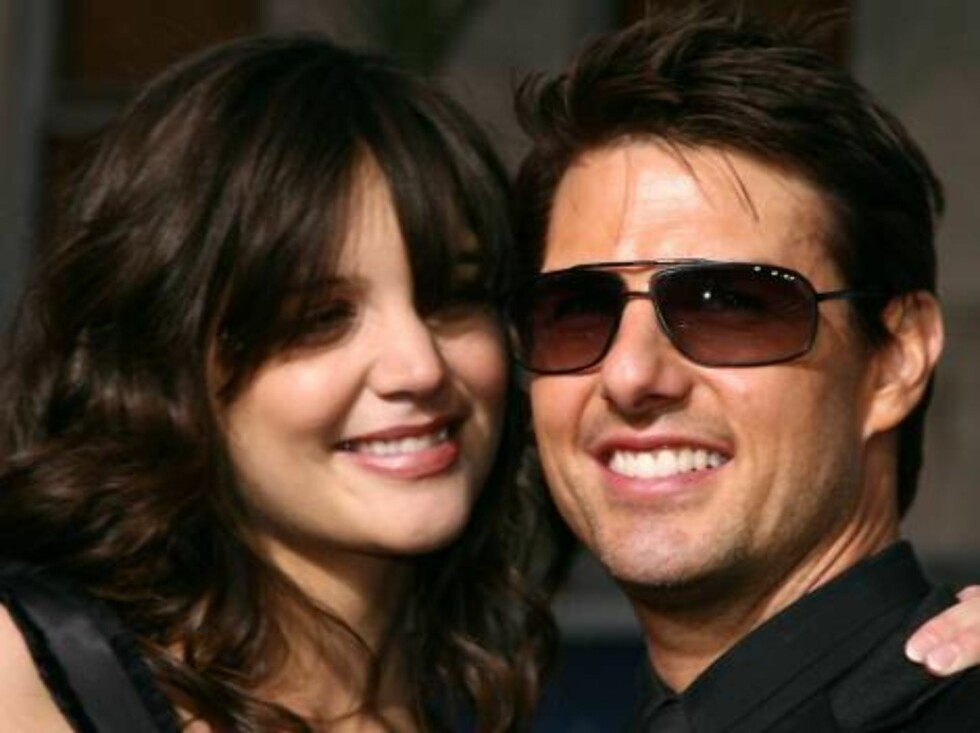 """HOLLYWOOD - MAY 04:  Actor Tom Cruise (R) and actress Katie Holmes arrive at the Paramount Pictures fan screening of """"Mission: Impossible III"""" held at the Grauman's Chinese Theatre on May 4, 2006 in Hollywood, California.  (Photo by Kevin Winter/Getty Ima Foto: All Over Press"""