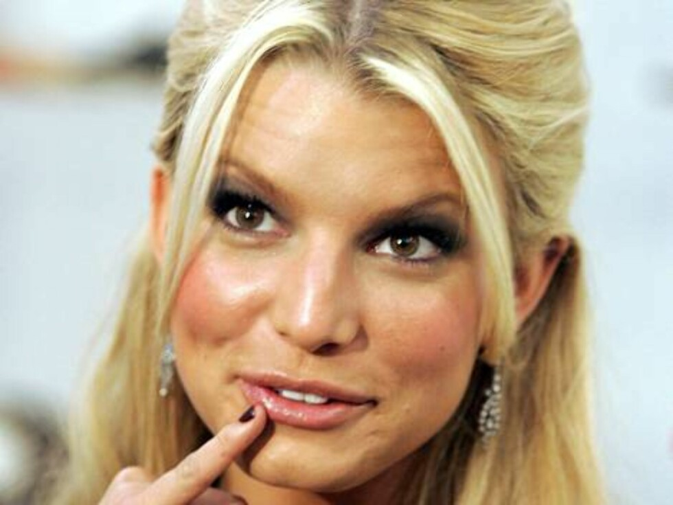 *** FILE *** Jessica Simpson gestures during an interview with the media at the World Shoe Association Show in Las Vegas on Friday, Feb. 10, 2006. The 25-year-old singer filed for divorce from Nick Lachey last December but her publicist says Simpson is lo Foto: AP/Scanpix