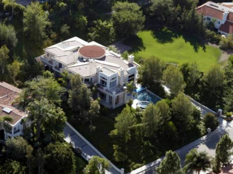 A few celebrity houses are threatened by fire in the hills around Malibu, Jessica Simpson, Heather Locklear, Britney Spears, Pierce Brosnan, Brad Pitt, Barbra Streisand. X17agency exclusive here is Jessica Simpson's house  / ALL OVER PRESS Foto: All Over Press