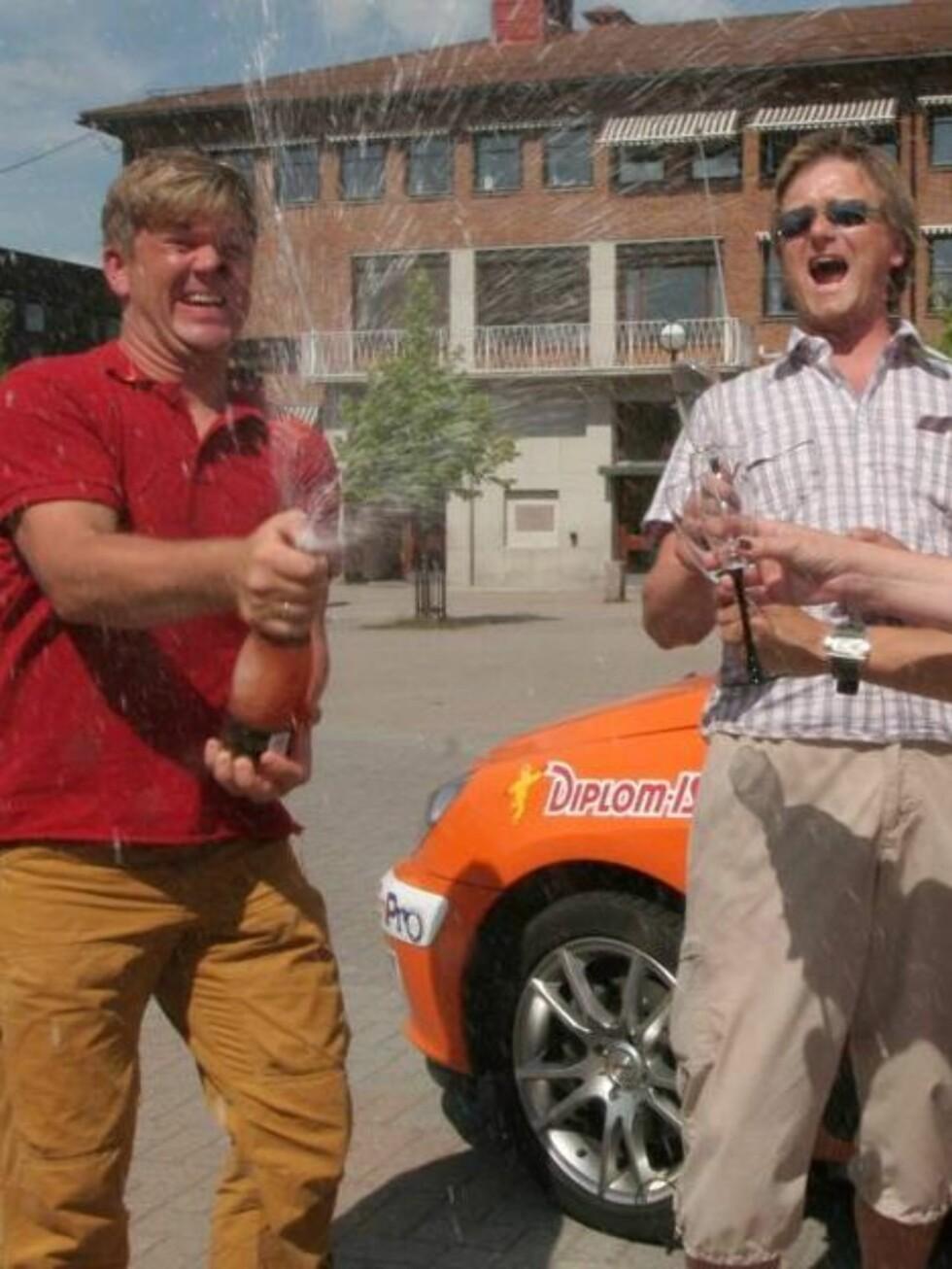 VM-DRÅPER: Henning Solberg spretter champagnen over at Norge fikk rally-VM.  Foto: Pål Sønsteli, Se og Hør