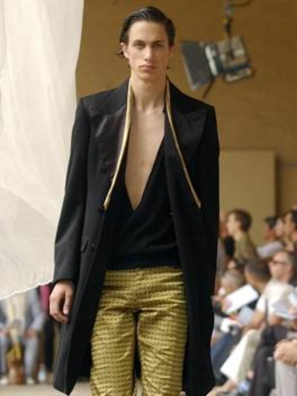 A model wears an outfit part of Alexander McQueen Spring-Summer 2007 men's collection, unveiled in Milan, Italy, Monday, June 26, 2006. (AP Photo/Alberto Pellaschiar) Foto: AP/Scanpix