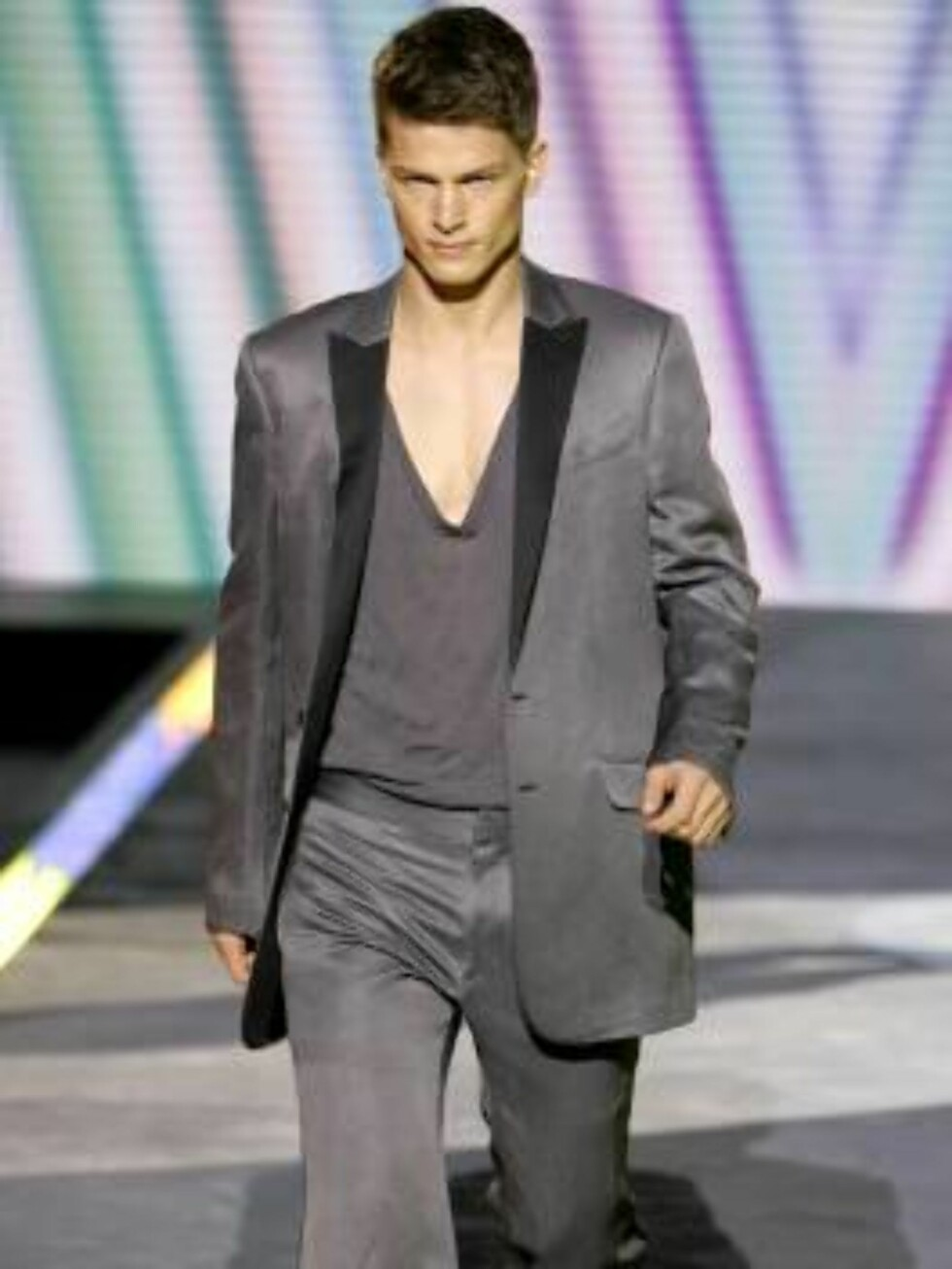 A model wears a creation part of Gianni Versace Spring-Summer 2007 men's collection, unveiled in Milan, Italy, Monday, June 26, 2006. (AP Photo/Antonio Calanni) Foto: AP/Scanpix