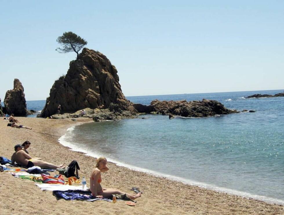 DRAMATISK OG IDYLLISK: Costa Brava består av klipper og små rullestensstrender. Stenene er ikke vonde å gå på, og du slipper å få sand både i huet og ræva etter en dag på beachen#2026  Foto: Per Tandberg