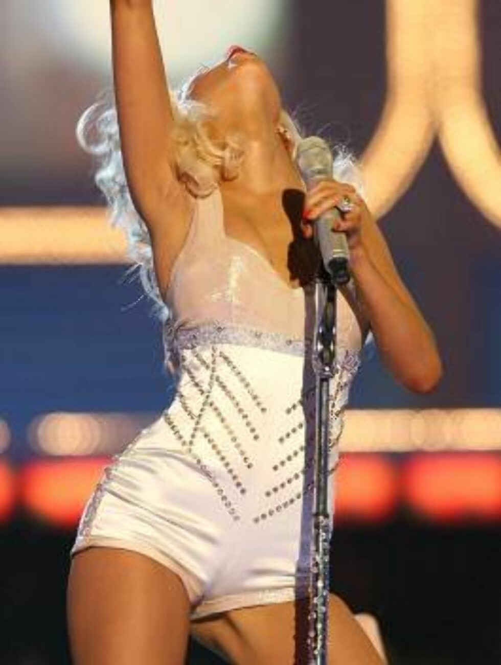 CULVER CITY, CA - JUNE 03:  Singer Christina Aguilera performs onstage at the 2006 MTV Movie Awards at Sony Pictures Studio on June 3, 2006 in Culver City, California.  (Photo by Kevin Winter/Getty Images) *** Local Caption *** Christina Aguilera  * SPECI Foto: All Over Press