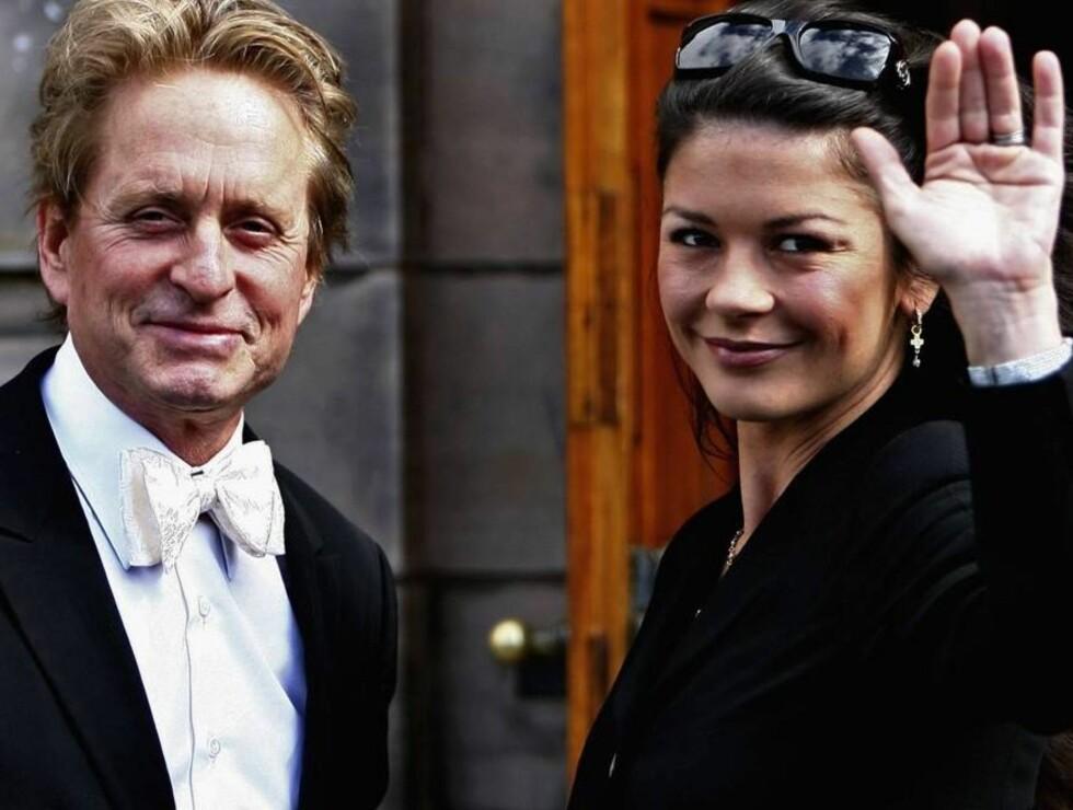 STOLT: Michael Douglas ble utnevnt til æresdoktor. Catherine er stolt på mannens vegne. Foto: All Over Press