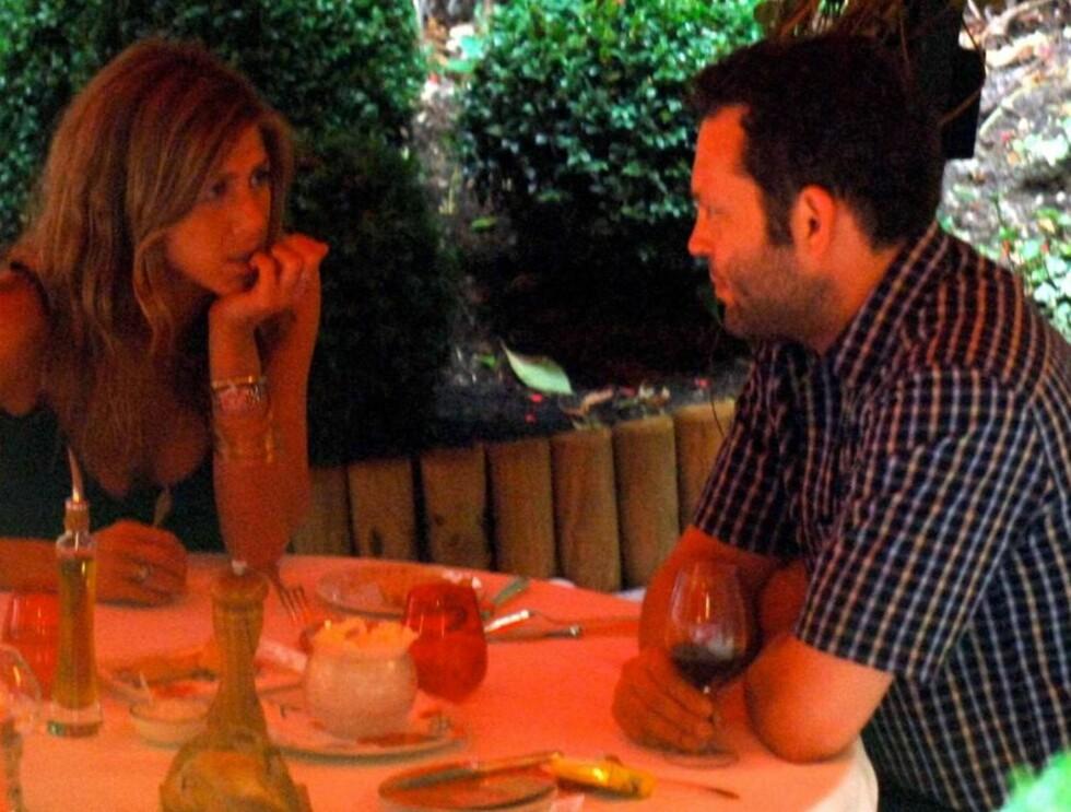 FRANSKE FØLELSER: Jennifer og kjæresten Vince Vaugnh var nylig sammen i romantiske Paris. Foto: All Over Press