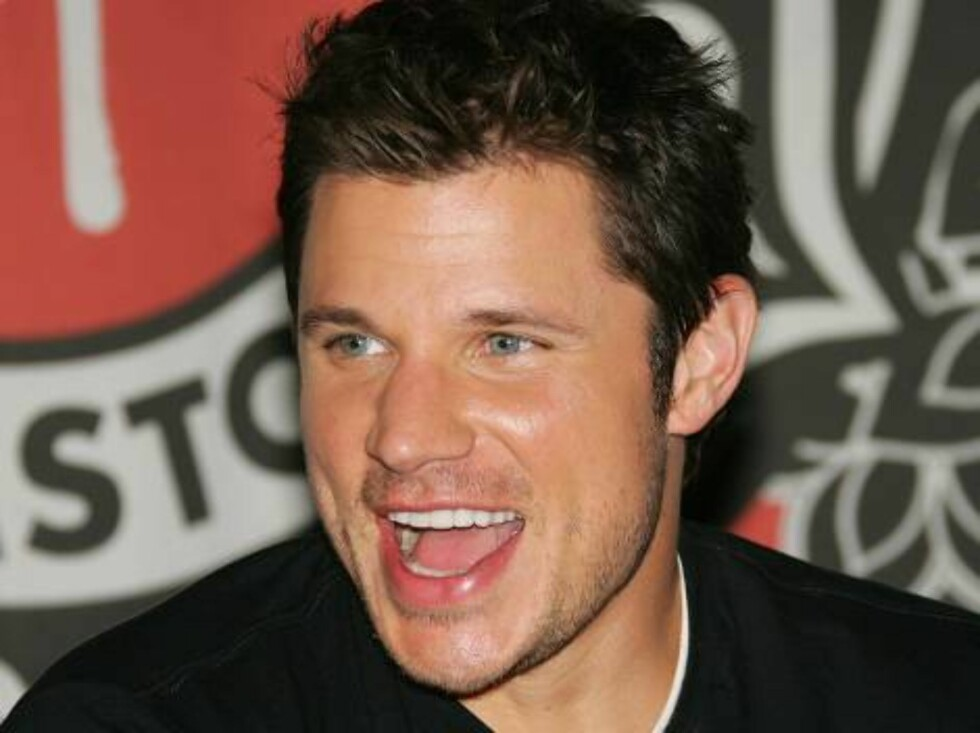 """NEW YORK - MAY 09:  Singer Nick Lachey signs copies of his new CD """"What's Left Of Me"""" at Virgin Megastore Times Square May 9, 2006 in New York City.  (Photo by Evan Agostini/Getty Images) *** Local Caption *** Nick Lachey  * SPECIAL INSTRUCTIONS:  * *OBJE Foto: All Over Press"""