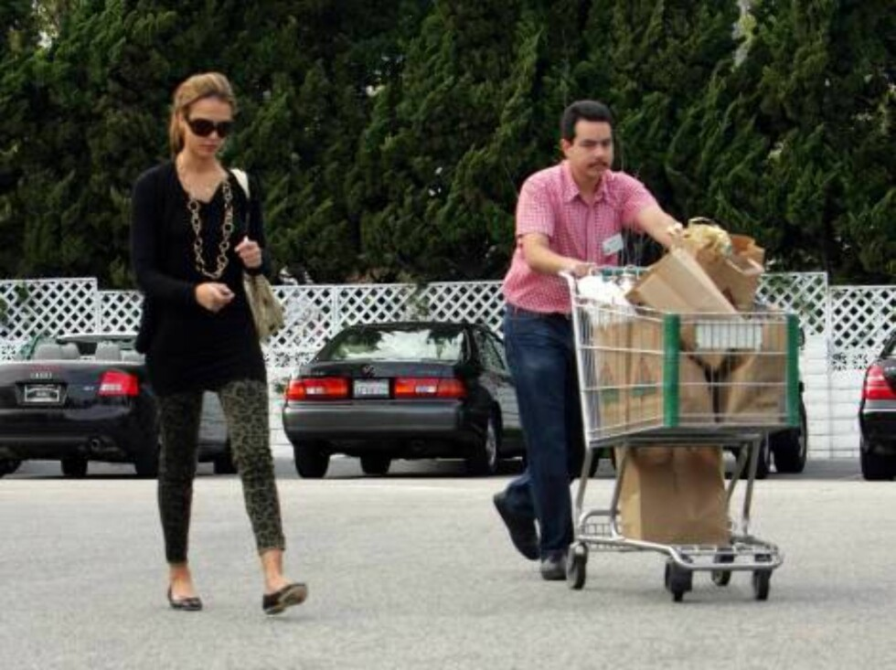 Jessica Alba grocery shopping at Bristol Farms in Beverly Hills wears camouflage leopard pants. Mai 8, 2006 X17agency EXCLUSIVE / ALL OVER PRESS Foto: All Over Press