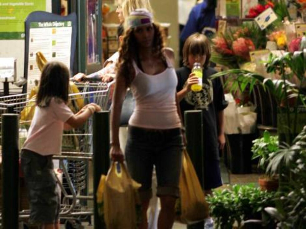 Halle Berry grocery shopping at Wholefood store with bandana June 15, 2006 X17agency EXCLUSIVE Foto: All Over Press