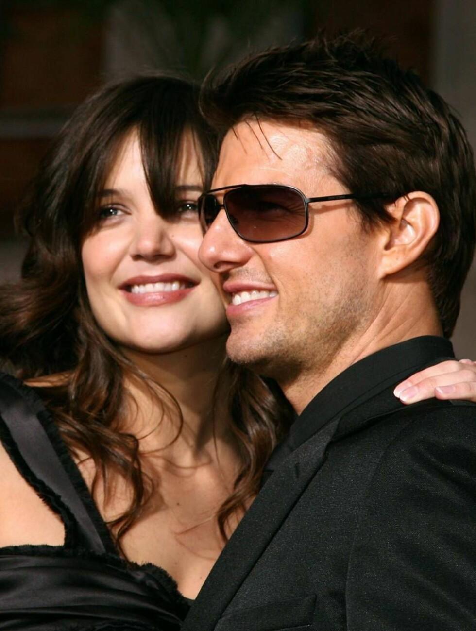LIMT FAST: Det var nesten umulig å finne et bilde av Tom og Katie hver for seg. Foto: All Over Press
