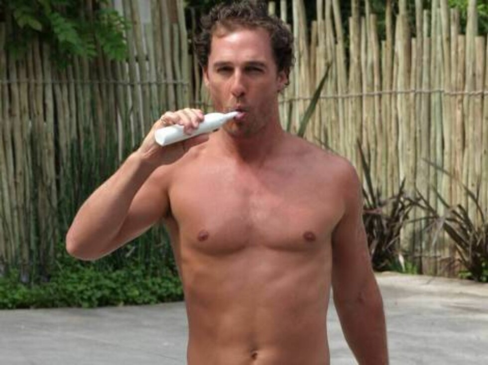 Code: X17XX8 - no code, Los Angeles, USA, 01.05.2005: Matthew McConaughey wakes up in Los Angeles brushes his teeth and get the paper on his doorstep. All Over Press / X17 Agency / ALL OVER PRESS Foto: All Over Press