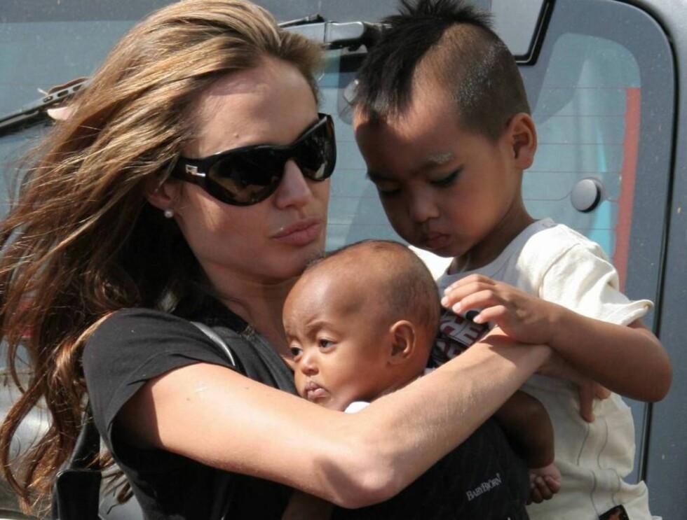 SJALUSI: Angelinas to adoptivbarn ser litt ulik på familiens nye tilvekst... Foto: All Over Press