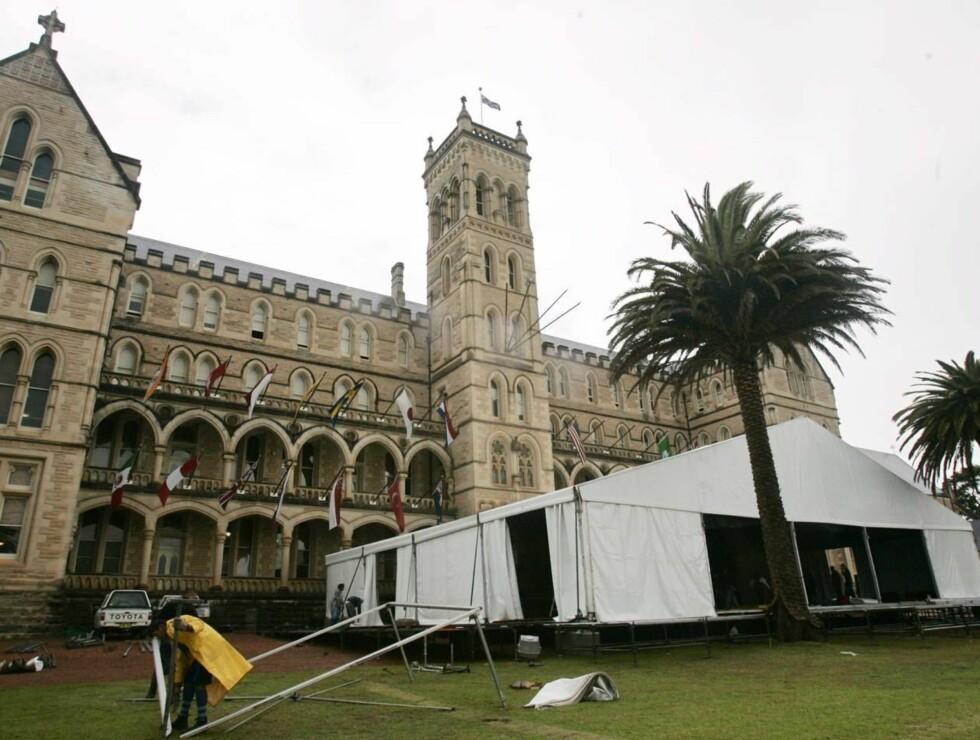 HER SKAL DET SKJE: Det jobbes døgnet rundt med å forberede årets bryllup i Australia. Foto: SCANPIX/AP
