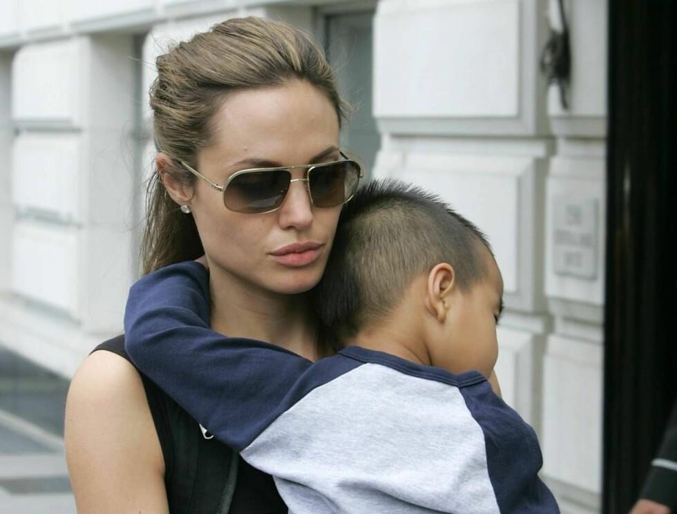 ADOPTIVMAMMA: Angelina stortrives som adoptivmamma for vesle Maddox. Nå vil hun adoptere en ny bror eller søster til ham, Zahara og Shiloh. Foto: All Over Press