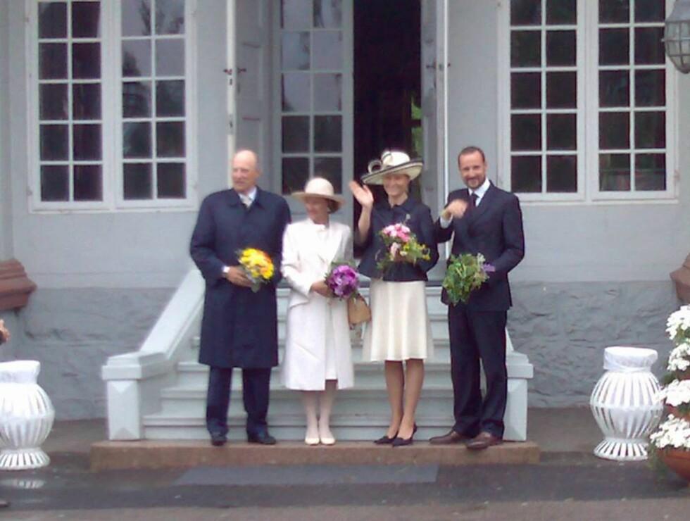 FERDEN I GANG: Her har kongefamilien ankommet den historiske Eidsvollsbygningen! Foto: Marcus Husby