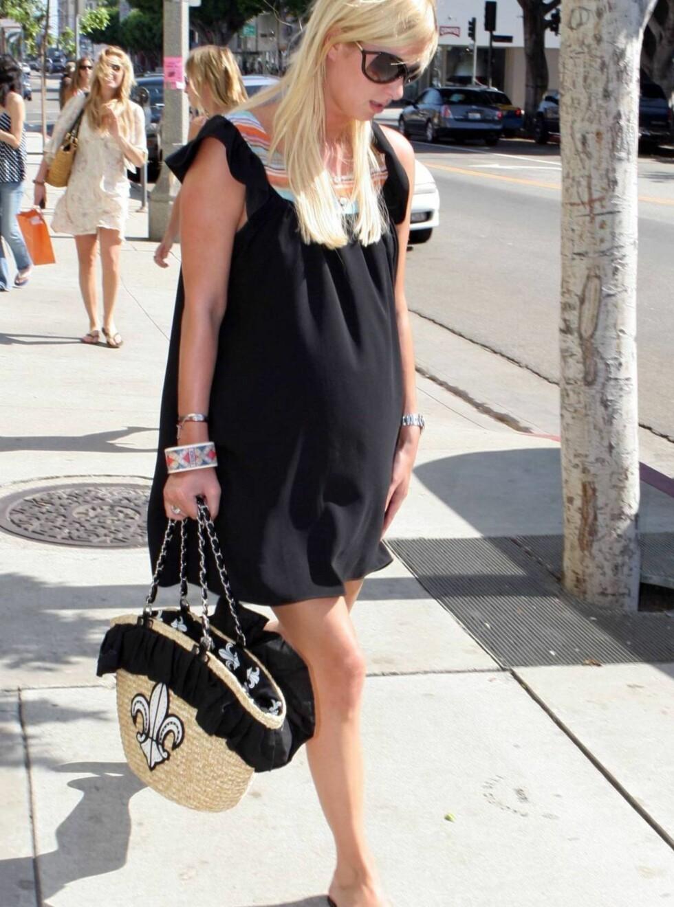 FORSTOPPET? Kanskje lillesøster Hilton bare var ute for å kjøpe svisker? Foto: All Over Press