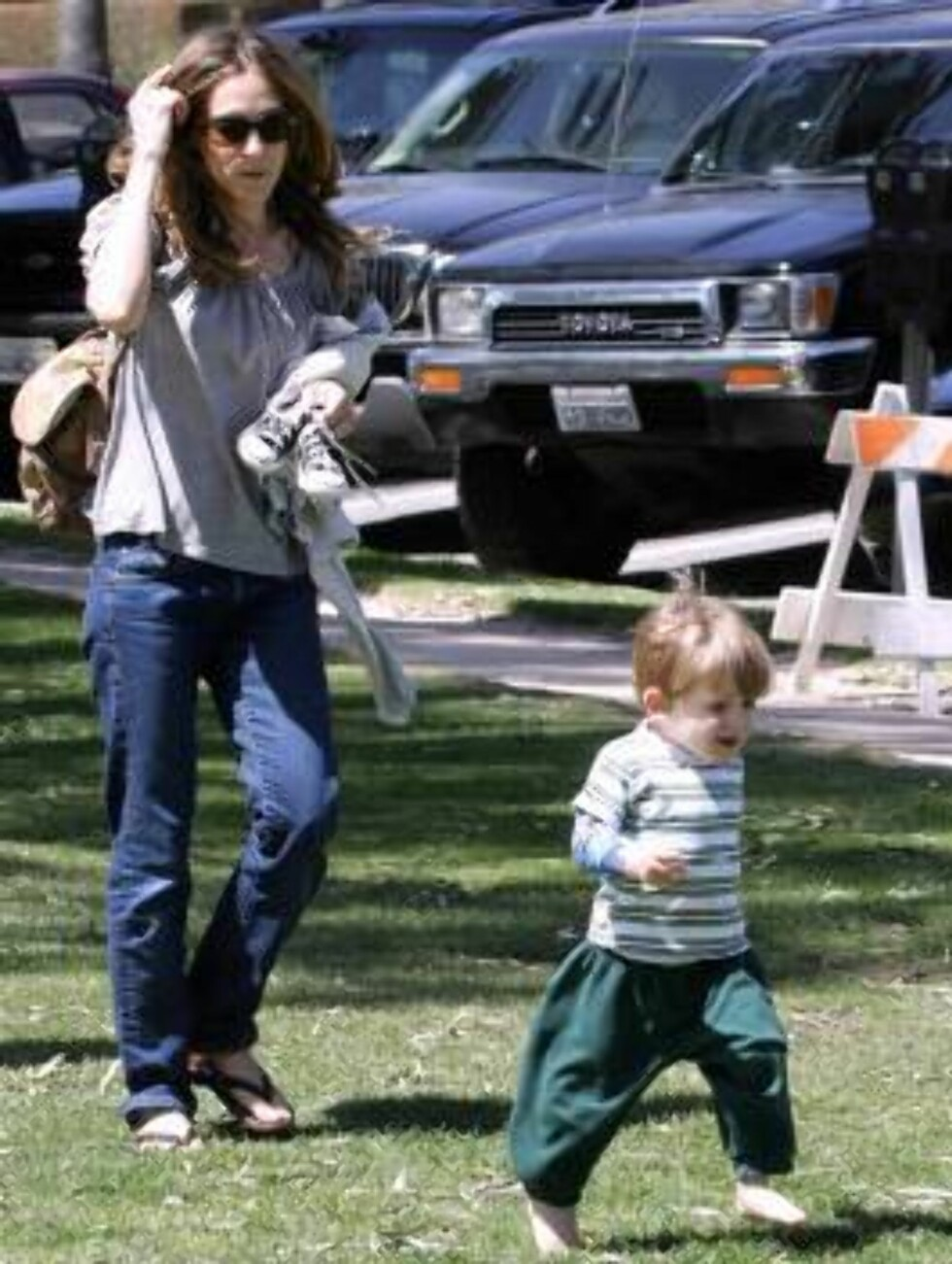 Code: X17XX8 - Madison, Santa Monica, USA, 16.04.2005: Sarah Jessica Parker playing with son James at a park in Santa Monica , California, climbing trees, running. All Over Press / X17 Agency / Madison      EXCLUSIVE  / ALL OVER PRESS Foto: All Over Press