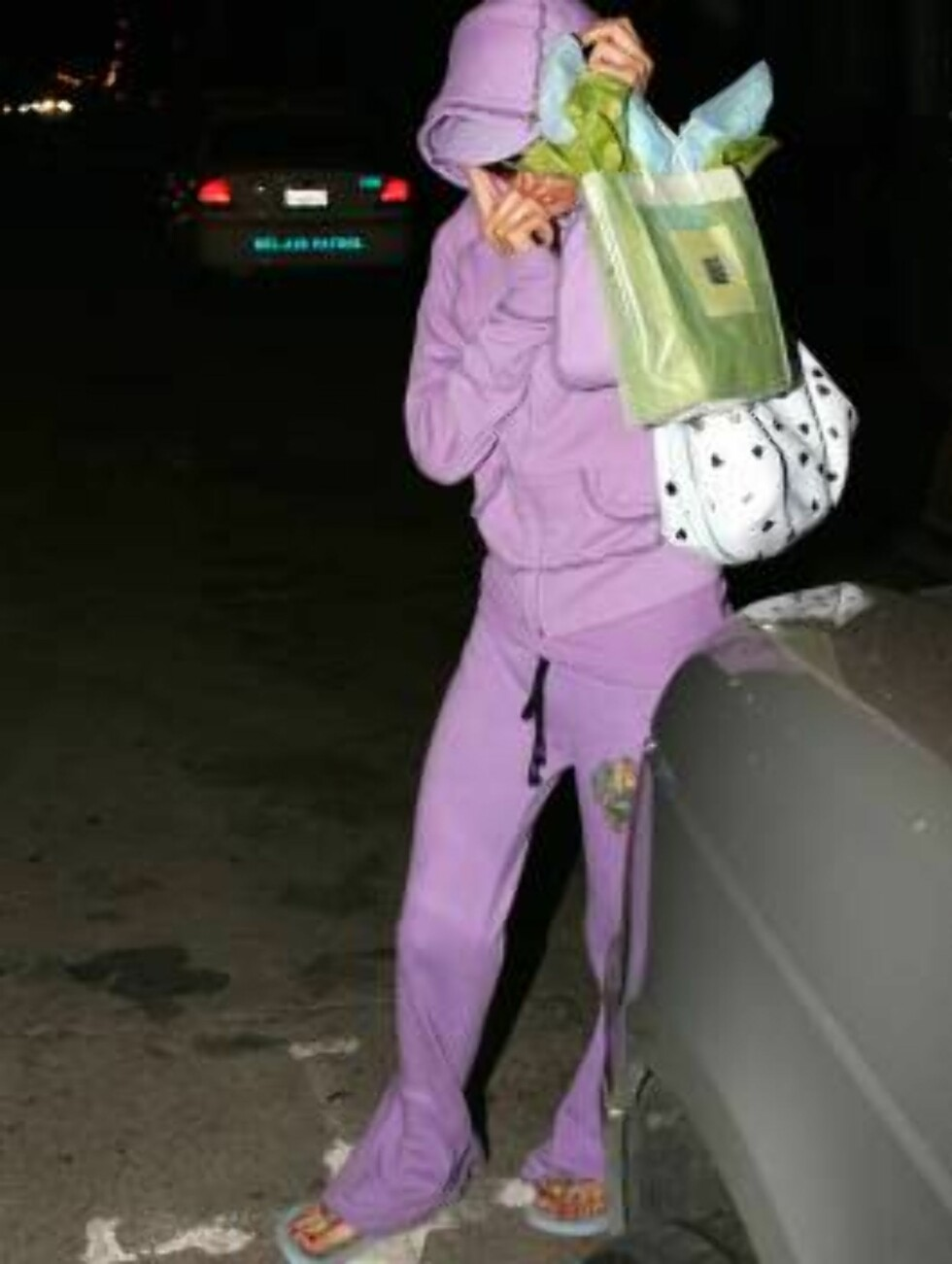 Paris Hilton almost forgot her parking ticket outside a beauty salon in Beverly Hills. Fortunetly a photog was there to give it to her as she hides her waxed lips under her purple hood. october 25, 2005 X17agency exclusive / ALL OVER PRESS Foto: All Over Press
