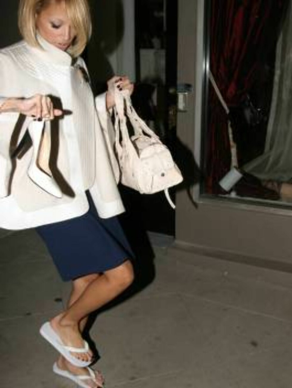 Nicole Richie going for manicure and pedicure at L.A.vie orange drops her shoes as she leaves the place with flip-flops. December 3, 2005 X17agency EXCXLUSIVE / ALL OVER PRESS Foto: All Over Press