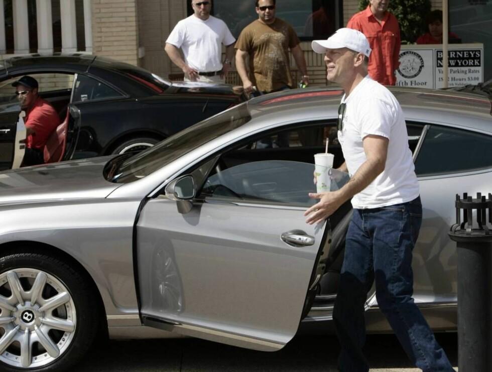 STORKAR: Bruce Willis i sin Bentley. Foto: All Over Press