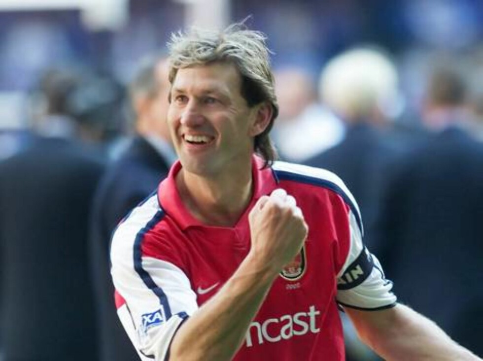 Arsenal's longest serving player Tony Adams, celebrates with his fans, after Arsenal won the English FA soccer Cup beating Chelsea 2-0,  in the Millennium Stadium, Cardiff, Wales, Saturday May 4, 2002.(AP Photo/Max Nash) ** INTERNET OUT ONLINE OUT EDITORI Foto: AP