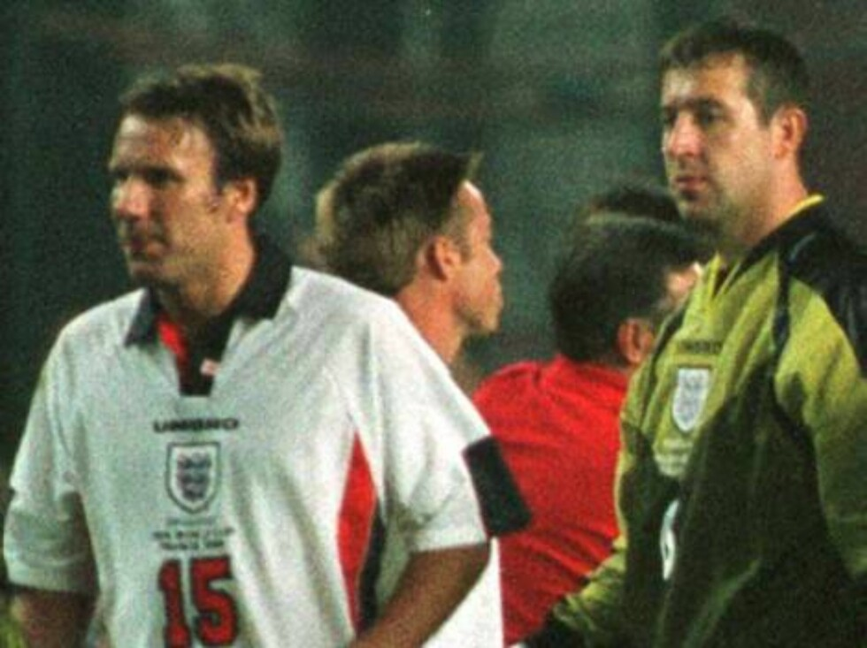 England goalkeeper David Seaman, second from left,  hugs teammate Paul Ince after England lost to Argentina in a penalty shoot-out in a second round World Cup soccer match in St Etienne, Tuesday June 30 1998.  From left are England players Paul Ince, Davi Foto: AP