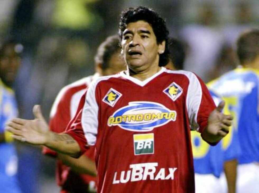 Argentine soccer legend Diego Maradona gestures during a friendly game in Rio de Janeiro, Brazil, on Wednesday, Dec. 21, 2005. Maradona was briefly detained by Brazilian police Thursday at Rio de Janeiro's international airport after he argued with police Foto: AP