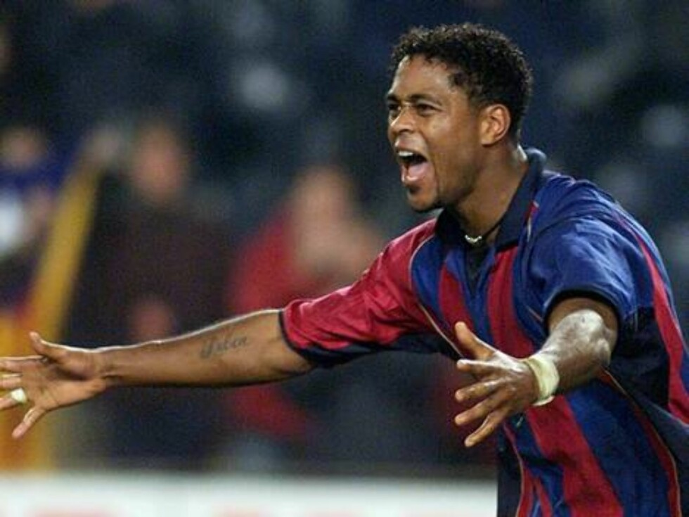 Barcelona's Patrick Kluivert of Holland celebrates after scoring against Deportivo  during a league soccer match in Barcelona Saturday, Feb. 16, 2002. Barcelona won the game 3-2.  (AP Photo/Cesar Rangel) Foto: AP/SCANPIX