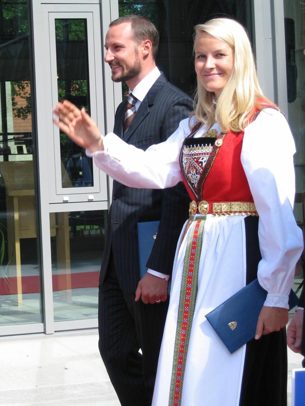 HARDANGERSKRUD: Mette-Marit og Haakon på vei fra Nidarosdomen. Foto: Marcus Husby