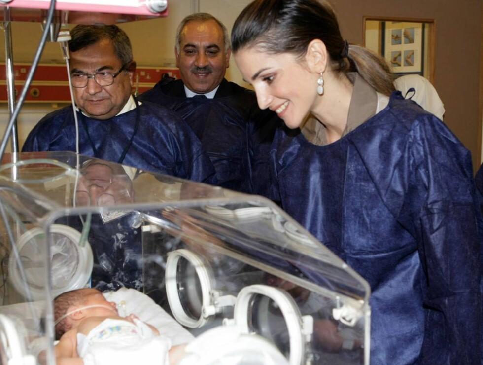 SÅÅ LITEN: Dronning Rania hilser en nyfødt jordaner velkommen til verden.  Foto: All Over Press