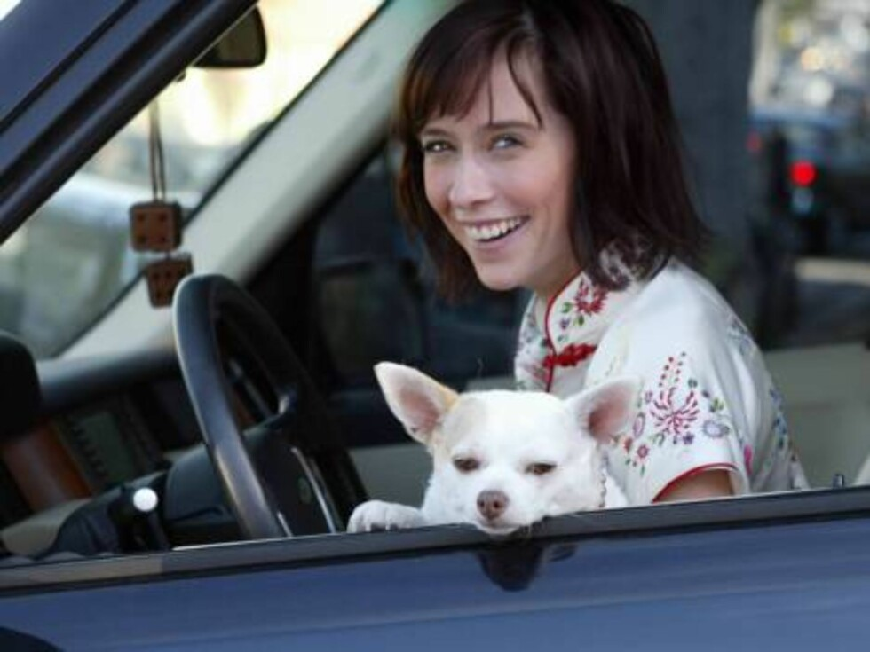 Code:X17XX8-Tuan Pham, California, USA, 15.11.2004: Singer / Actress Jennifer Love Hewitt rushes her dog to the animal hosptal for a bladder infection. She comes out with special food, happy that her dog is fine. All Over Press / X17 Picture Agency / Tu Foto: All Over Press
